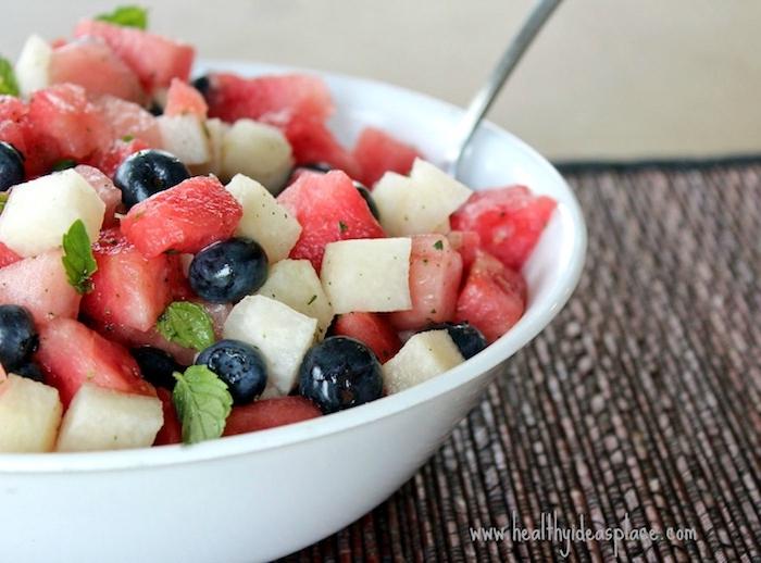 ensalada de mango, arándanos, sandía, hierbabuena fresca, ideas de ensaladas ricas y faciles de hacer de frutas