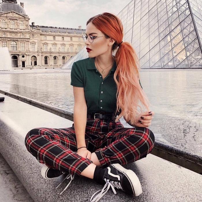 chica con pelo muy largo color melocoton pantalon en cuadros camiseta con mangas cortas gafas zapatillas