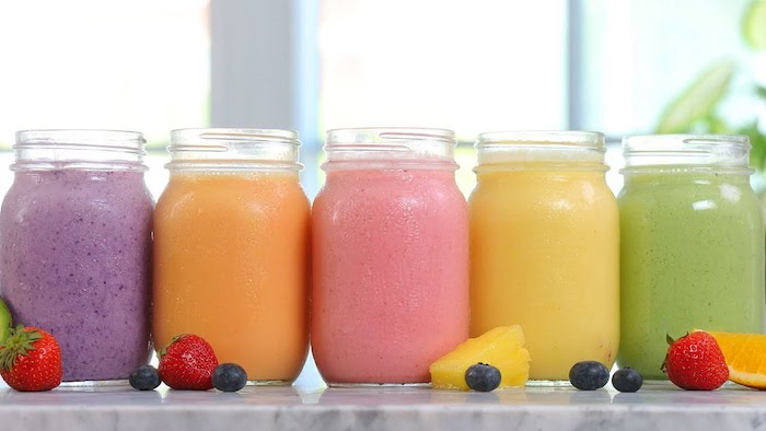 originales ideas sobre como hacer batidos de frutas refrescantes, fotos con ideas de recetas de smoothies sanos