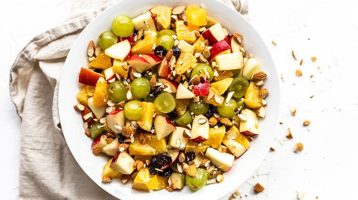 uvas con manzanas y nueces, postres faciles para impresionar, ensaladas faciles de hacer en casa, fotos de ensaladas