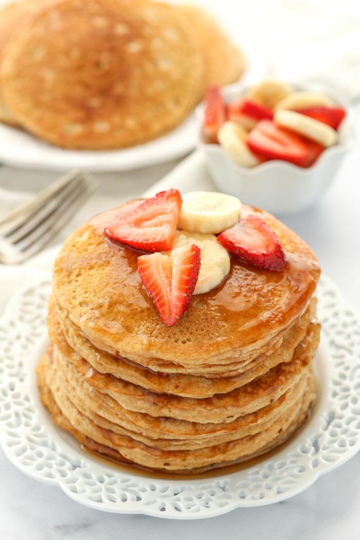 como hacer tortitas americanas, como hacer tortitas caseras, tortitas veganas con fresas y plaranos, ideas de recetas caseras
