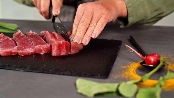 cortar trozos de atun pasos para hacer tartar de tuna von aguacate ideas de recetas caseras entrantes faciles para sorprender fotos de entrantes