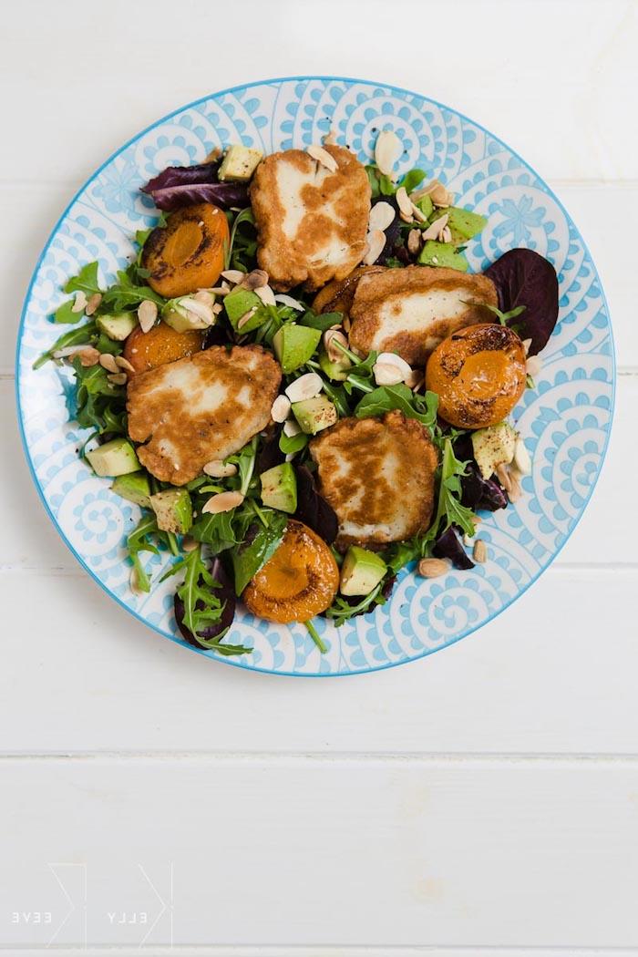 entrantes vegetarianos ricos y faciles de hacer ensalada con agaucate verduras queso halumi