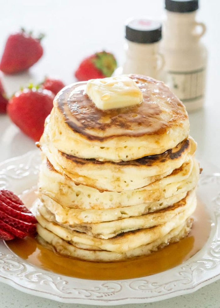 tortitas esponjosas con mantequilla, fresas frescas y jarabe de acre, ideas de recetas de desayunos caseros, fotos de recetas