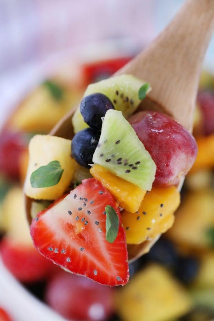 ensaladilla con frutas exoticas y verduras, las mejores ideas de postres deliciosos con frutas, ideas de postres