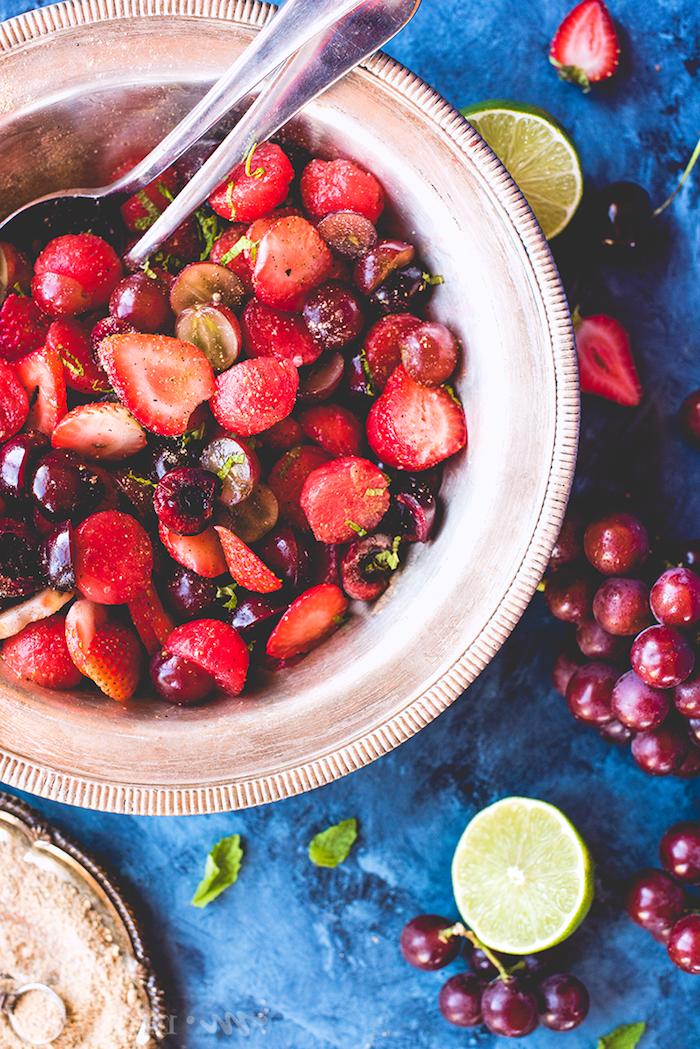 ensalada roja con fresas, frambuesas y cerezas, como hacer una ensalada paso a paso, ideas de ensaladas ricas