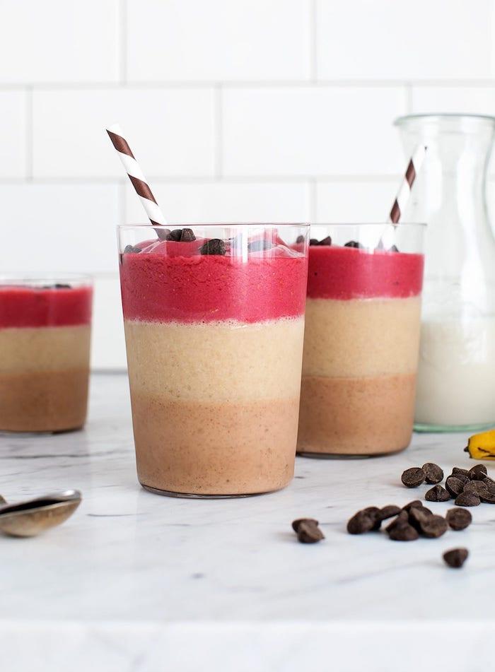 ideas de batidos ligeros y saludables para hacer en casa, como hacer batidos de frutas en capas con chispas de chocolate
