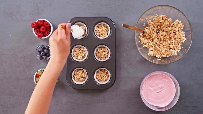 hacer magdalenas con skyr paso a paso copos de avena frambuesas arandanos fresas0= postres saludables con skyr