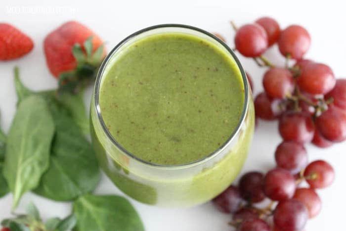 pasos para hacer un smoothie verde super nutritivo, ideas de recetas caseras de bebidas saludables y faciles de hacer