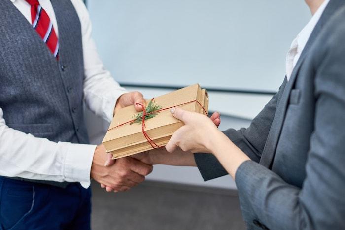 ideas de regalos corporativos ventajas del merchandising personalizado que regalar a un empleado