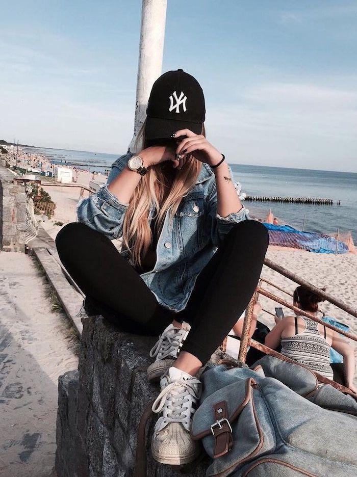 ideas de ropa tumblr chica en la playa sombrero negro ropa deportiva chaqueta de denim