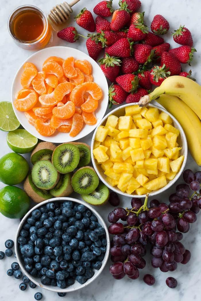 frutas combinadas para hacer deliciosas ensaladas, ideas para preparar una ensalada de bayas y mango, naranjas
