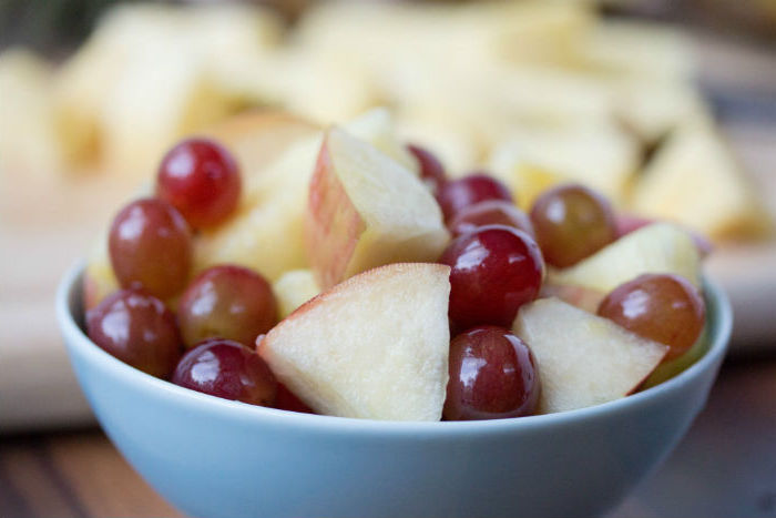 ensalada con uvas y manzanas, ideas de meriendas y desayunos con frutas, como hacer un desayuno sano y rico