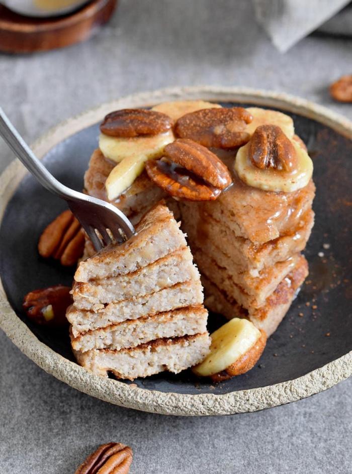 mini tarta de tortitas integrales con jarabe de acre, nueces pecanas y platanos, recetas saludables y faciles de preparar