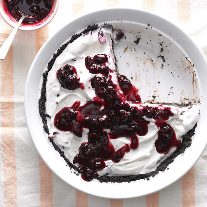 tarta con base de chocolate crema frutas cerezas ideas de potres con helado originales y ricos