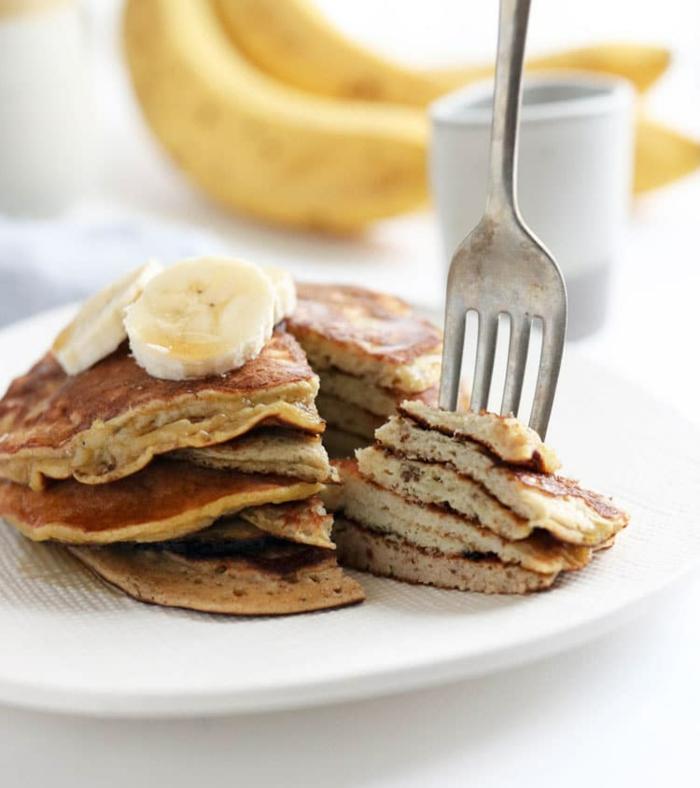 tarta de panqueques esponjosas integrales con platano, ideas de recetas de desayunos nutritivos y saludables en casa
