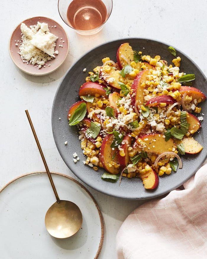 ensalada con frutas y queso rallado, fotos de ensaladas saludables y faciles de hacer en casa, fotos de ensaladas