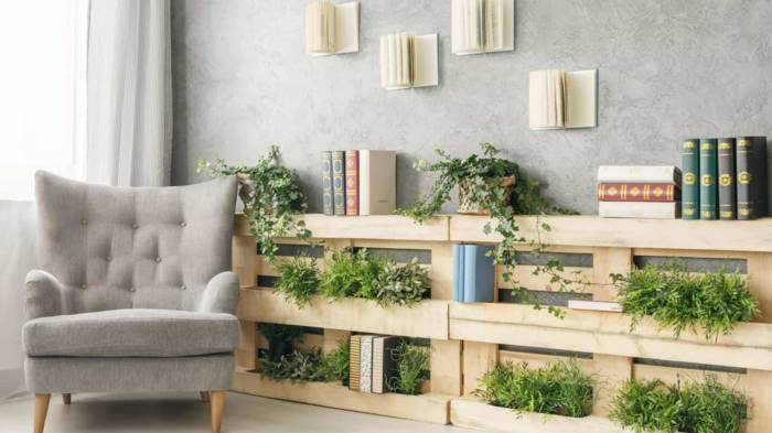 1 los mejores ejemplos de estanterias de palets para decorar tu casa plantas verdes libros biblioteca