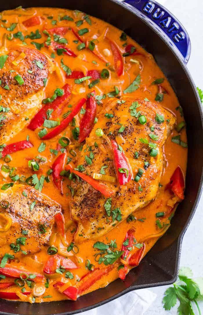 a preparar pollo al curry con nata o leche de coco pimientos rojos perejil como hacer pollo al curry