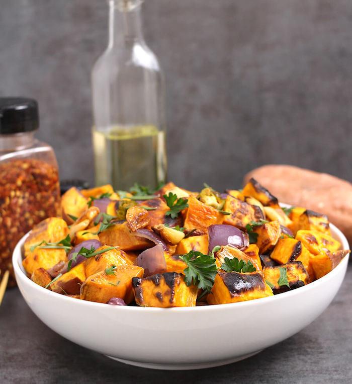batatas con cebolla roja perejil y aceite de oliva ideas de recetas de entrantes faciles y rapidas
