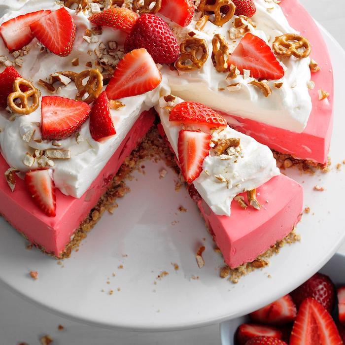 bonitas ideas de postres de verano helado de frutas tarta de fresas pretzels frutas crema espesa