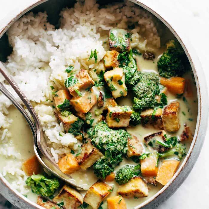 curry verde con cinco ingredientes brocoli pollo arroz blanco arroz al curry con verduras