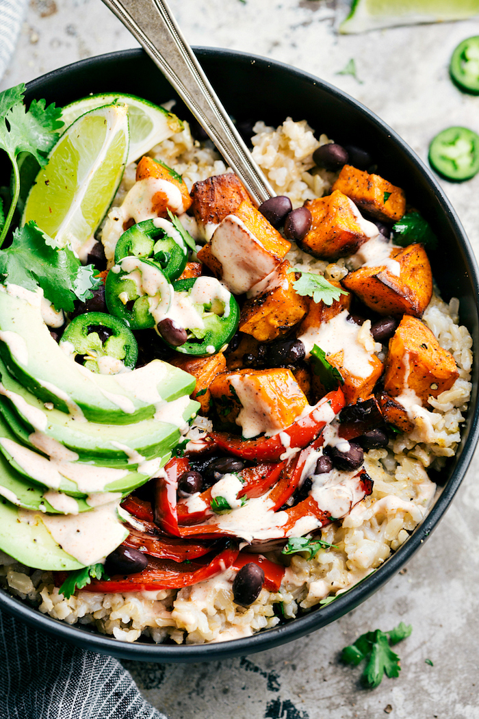 ensalada nutritiva con arroz blanco bol con batatas aguacate salsa de yogur lima batata asada