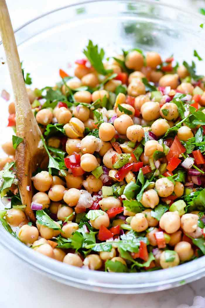 ensalada vegetariana garbanzos con verduras perejil pepinos tomates ideas de ensaladas saludables y ricas