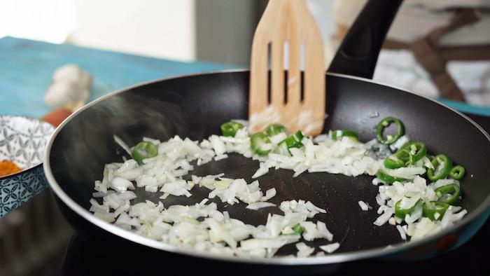 garbanzos al curry=paso a paso freir cebolla en una sarten recetas en videos y fotos ideas de recetas originales y faciles de hacer platos con garbanzos