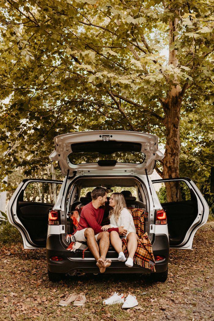 pareja coche paseo romantico en la naturaleza momentos juntos ideas de regalos romanticos y originales