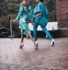 dos mujeres van con traje de color azul marino con color acentos pantalones en azul marino