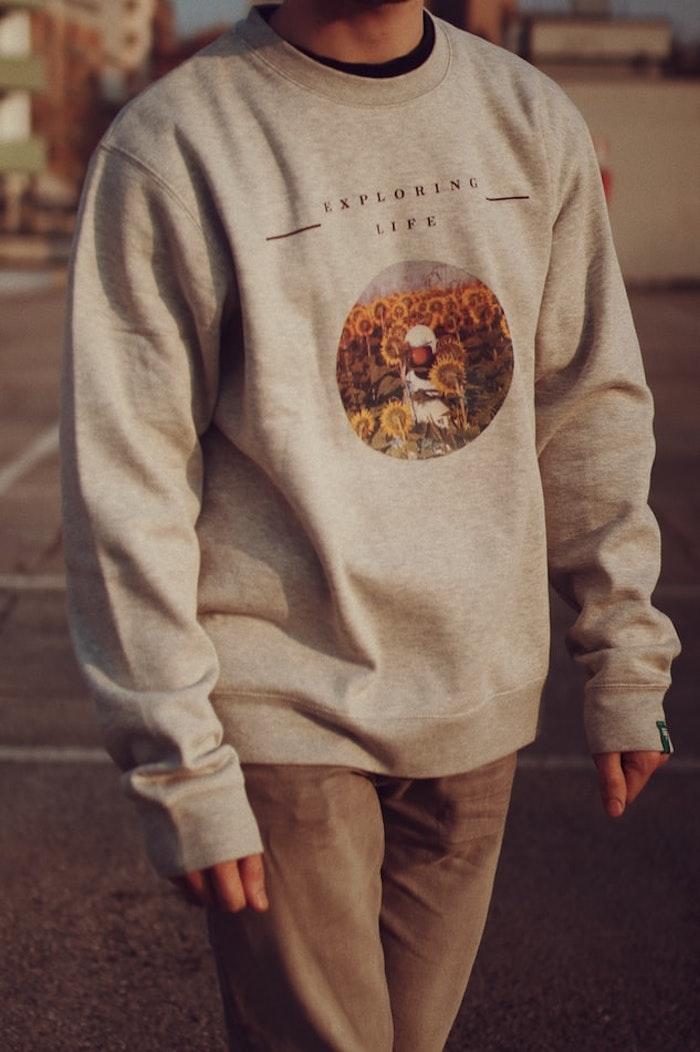 niño con pantalón beige sudadera en gris con imagen de un animal