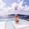 piscina infinita hermosa vista al mar niña en traje de baño y capilla de verano para damas