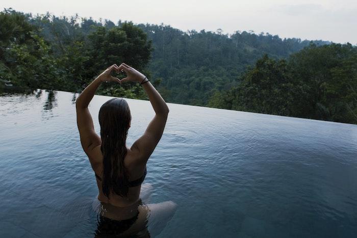piscina infinity niña hecha con manos corazón hermosa vista de la naturaleza