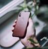 carcasa del teléfono en cuero marrón claro