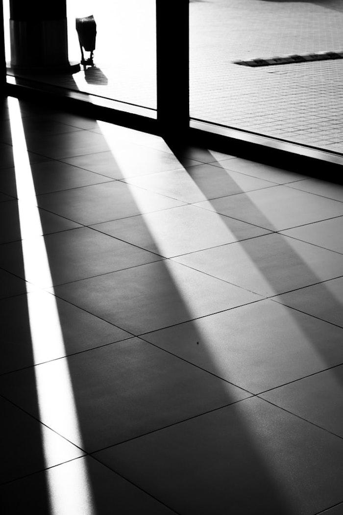 imagen en blanco y negro de un azulejo con una ventana grande