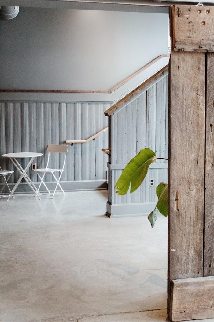muebles en estilo escandinavo piso en revestimiento de piso beige brillo