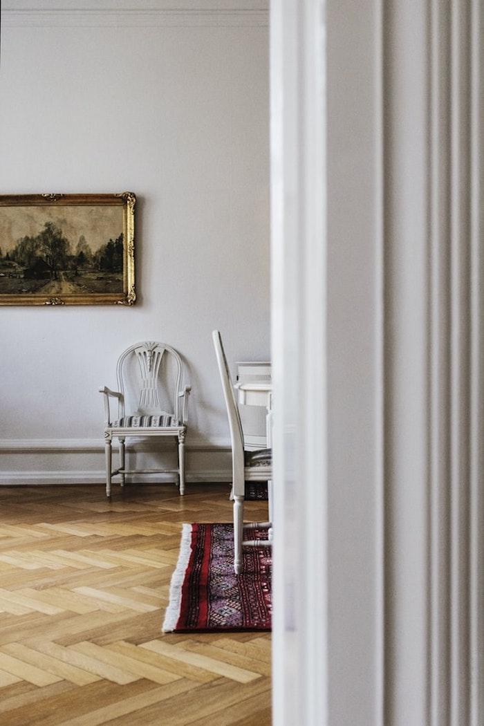 parquet claro lacado en combinación con alfombra de colores salón tendencias 2021