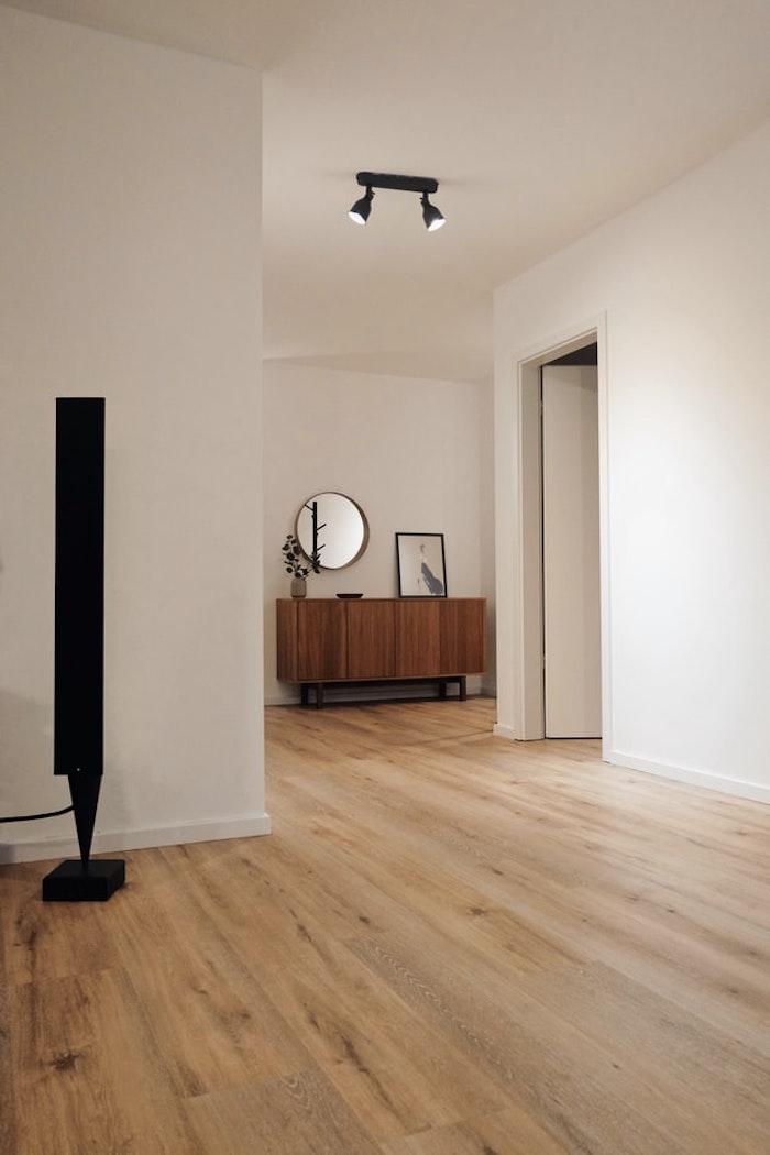 piso de madera en la sala de estar amueblado de forma moderna con un estilo limpio