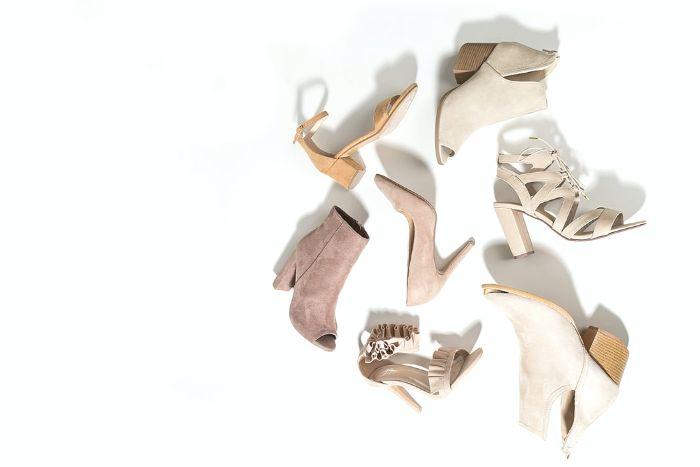 diferentes modelos de zapatos de tacon alto en color beige pálido.jfif