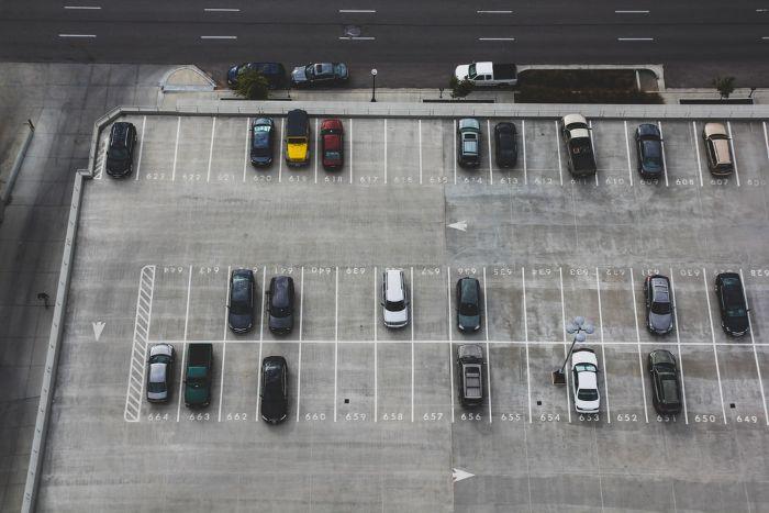 diferentes por tipo autos estacionados en un estacionamiento grande con lugares delineados.jfif