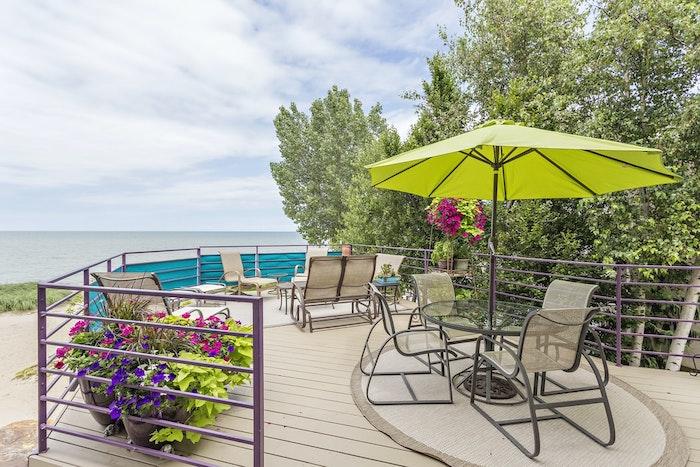 terraza grande con piso de tablas jardin sillas al aire libre