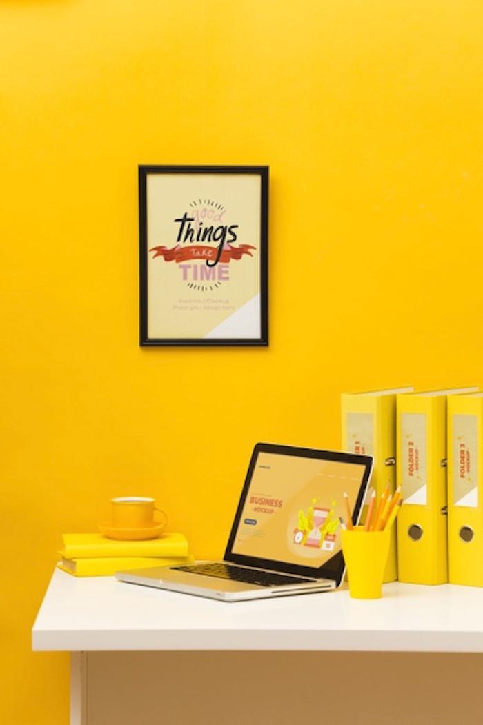 habitación con paredes amarillas brillantes marco para pared