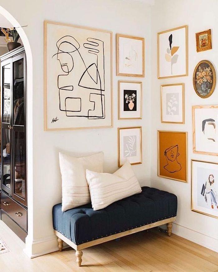 hermosa moderna sala con pinturas de parquet de madera brillante colgadas en la pared