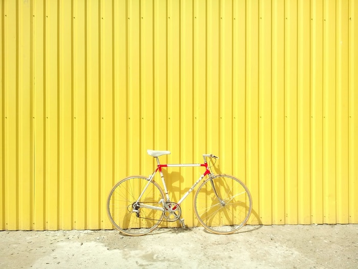 rueda de pared amarilla apoyada en una pared