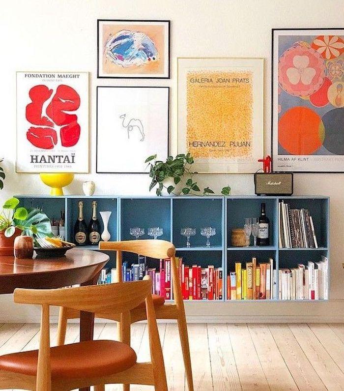 sala de estar multicolor con estanteria parquet de madera clara mesa y sillas