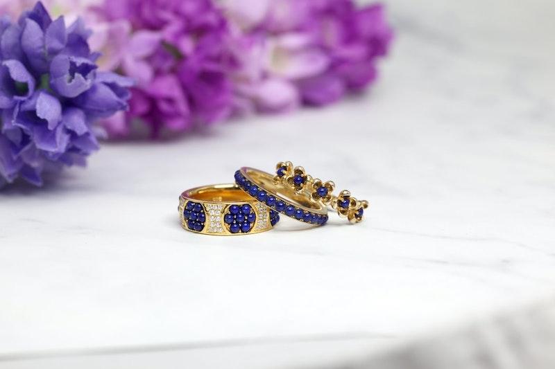 anillos de oro con piedras azules decoracion