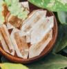 gemas en color blanco translúcido en un cuenco
