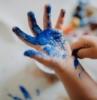 niños manchado a mano con pintura