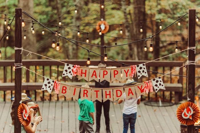 niños que celebran cumpleaños juegos fuera